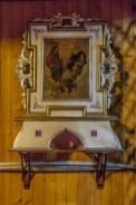 obraz sakralny na tle drewnianej ściany