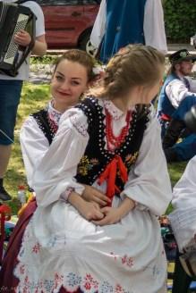 dwie dziewczyny w strojach ludowych