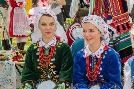 dwie kobiety w strojach ludowych