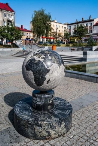 pomnik w kształcie kuli ziemskiej