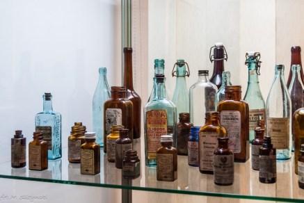 pułka ze starymi butelkami