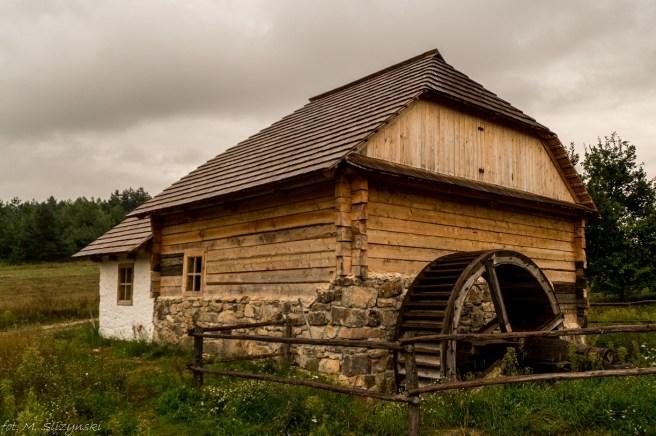 budynek drewniany z kołem młyńskim