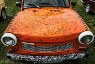 pomarańczowy trabant z podpisami wielu osób
