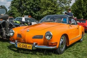 zabytkowy pomarańczowy samochód w plenerze