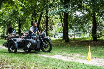 mężczyzna jadący motocyklem po lesie