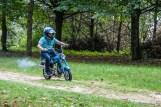 mężczyzna w kasku na motorynce w lesie