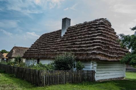 wiejski dom z bielonymi ścianami
