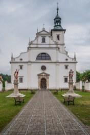 biały budynek kościoła