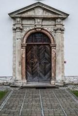 drewniane drzwi w kamiennym portalu