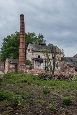 stary budynek z zewnętrznym kominem