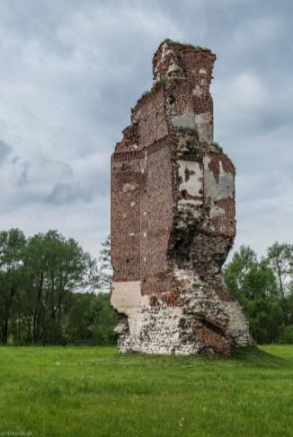 fragmenty ceglanego muru