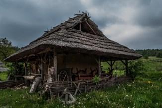 drewniana chatka kryta strzechą