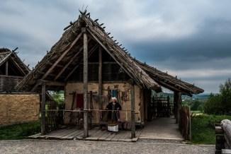 kobieta na ganku starej chatki