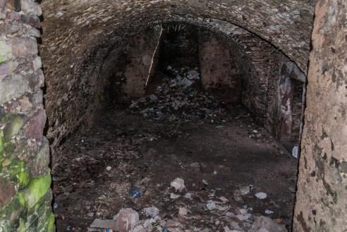 śmieci w piwnicach ruin