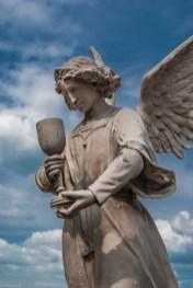 figura anioła z kielichem