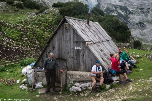 Góry Durmitor - szałas z piwem