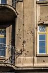 ślady po kulach w budynku - co zobaczyć w sarajewie