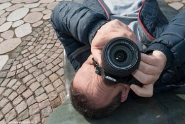 mężczyzna z aparatem w parku rzeźb w billund