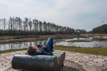 mężczyzna na ławce w parku rzeźb w billund