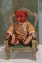 czerwony miś w ubraniu na fotelu w billund
