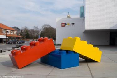 duże kolorowe klocki przed białym budynkiem
