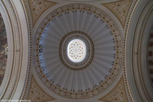 rozetowy sufit kościelny