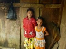 dziewczynki w ubogiej wiosce w wietnamie