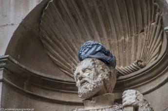 caltagirone - gołąb siedzący na głowie posągu