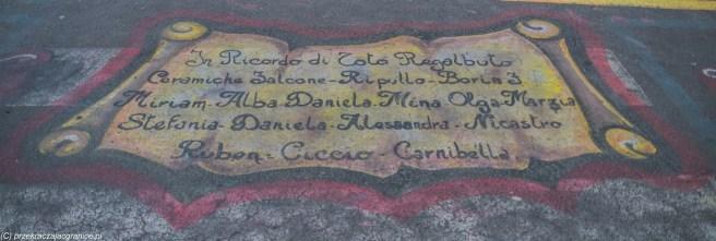 caltagirone - napis kolorowy na chodniku