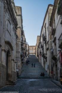 caltagirone - długie uliczne schody pomiędzy kamienicami
