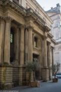 caltagirone - front budynku z kolumnami