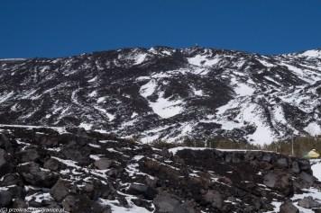 śnieg na czarnych szczytach
