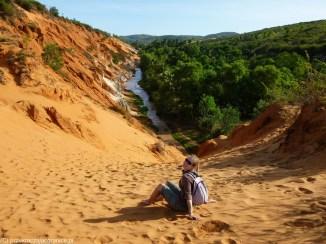 kobieta na tle kanionu fairy spring niedaleko mui ne
