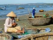 kobiety pracujące nad brzegiem morza w mui ne