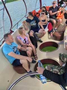 ludzie łódka rejs jezioro wigry