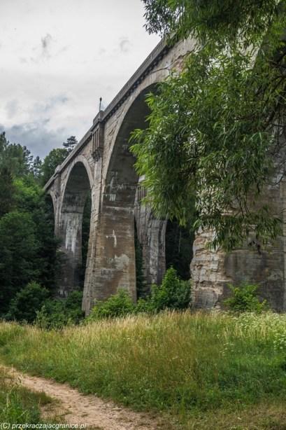 mosty betonowe widziane z dołu