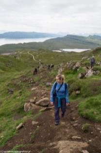kobieta idąca górskim szlakiem