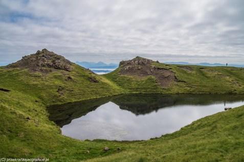 małe jeziorko wśród wzniesień