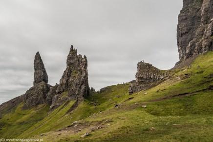 samotne skały na szczycie i kilka osób na nich