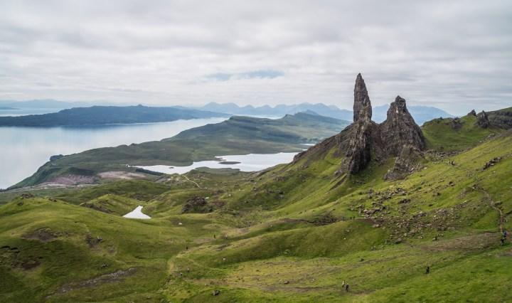 krajobraz wyżynny z jeziorami i górami w tle