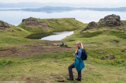 kobieta w górach na tle małego jeziora