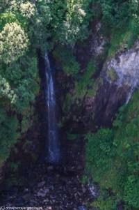 wysoki wodospad wpadający do wąwozu