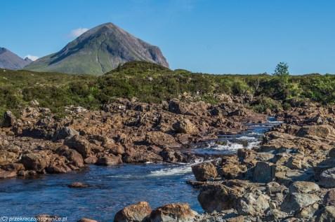 wartki potok górski spływający kamienistym brzegiem