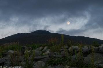 księżyc nad wzgórzem