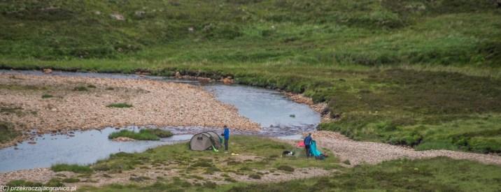 namioty rozstawione nad rzeką w dolinie Glen Coe