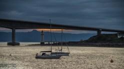 jachty na tle mostu i latarni morskiej