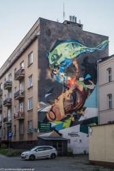 abstrakcyjny mural na czteropiętrowej kamienicy