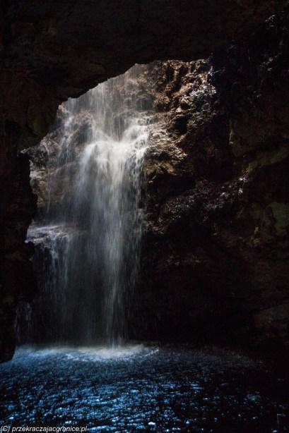 Smoo Cave - Rzeka wpadająca do jaskini
