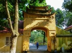 spacer po hanoi - cytadela cesarska thang long wietnamka w bramie