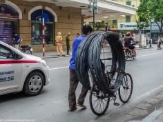 hanoi - mężczyzna na rowerze przewożący kable